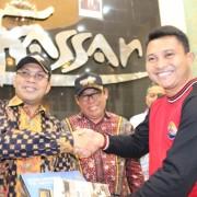 Pemberian Cindera Mata oleh Tim Bhakesra diwakili oleh Komandan KRI Banda Aceh 593 Letkol Laut (P) Edi Haryanto Kepada Walikota Makassar dan Ketua DPW LDII Provinsi Sulawesi Selatan