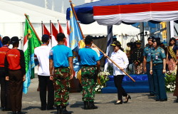Puan Maharani menyerahkan bendera simbol penyerahan tugas ekspedisi