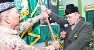Penyerahan panji kepada Ketua DPD LDII Kabupaten Sidoarjo Periode 2015-2020