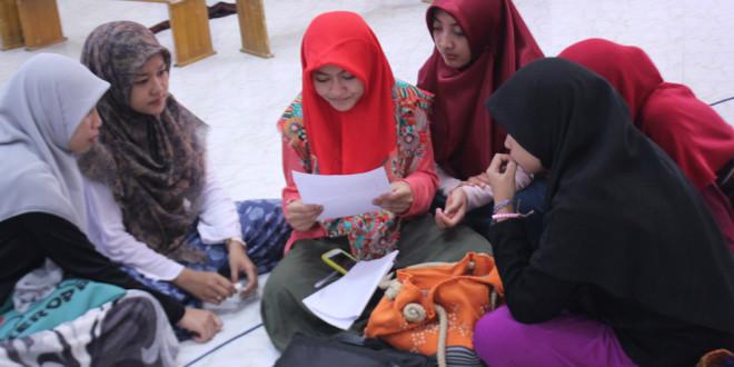 Peserta pengajian mahasiswa dalam sesi diskusi