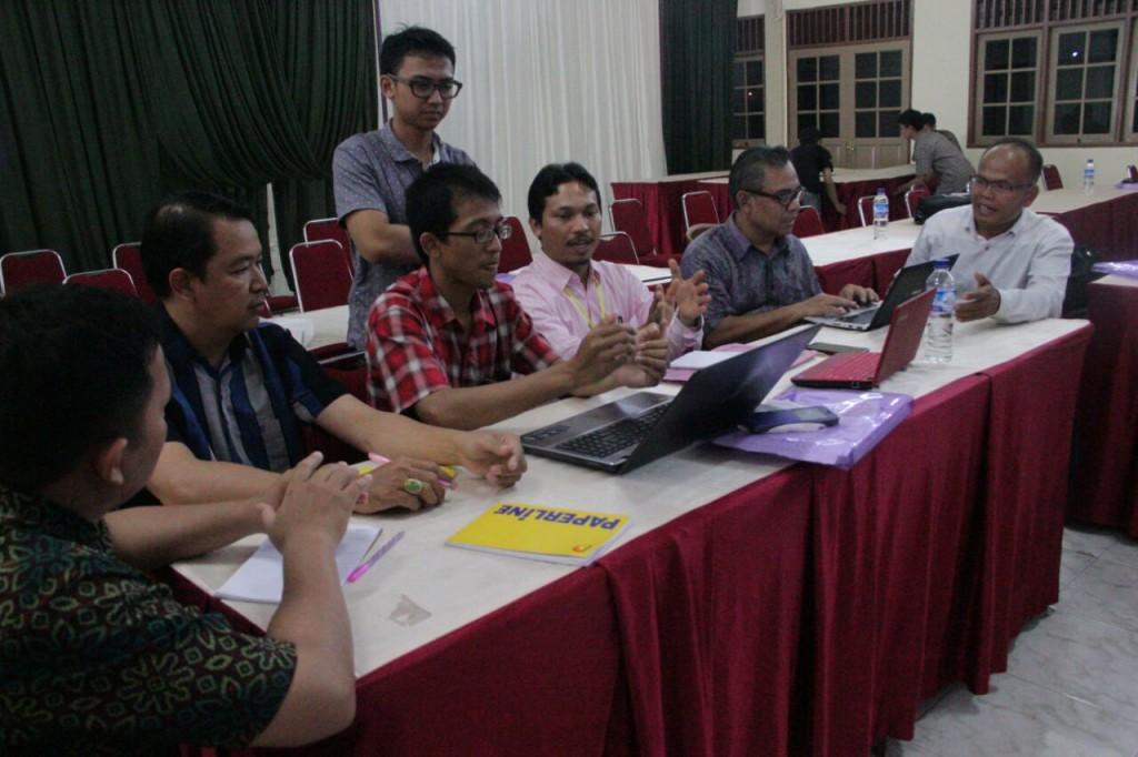 Diskusi peserta sebelum presentasi