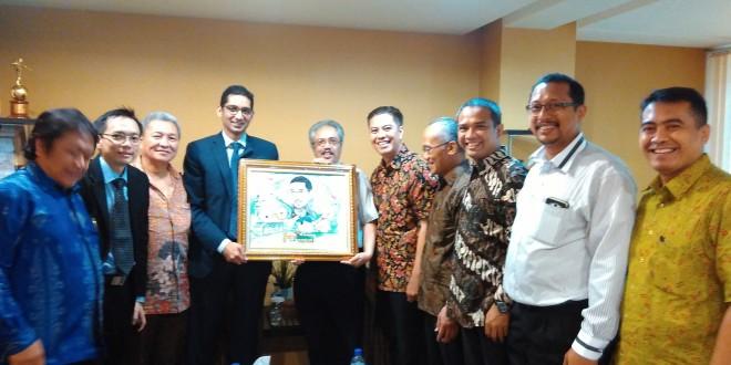 Penyerahan karikatur foto diri kepada Suresh Sukumar saat pamitan purna tugas sebagai 1st Secretary bidang Politik, Kedutaan Besar Singapura di Indonesia,di Kantor DPP LDII, Jakarta, Senin (7/12)