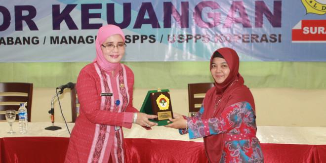 Dinas Koperasi Jawa Timur Kabid Fasilitas Pembiayaan dan Simpan Pinjam, Bagas Yulistyati Setiawan (kiri), menerima cinderamata di acara Pelatihan dan Ujian Sertifikasi Manager/Kepala Cabang Koperasi Syariah.