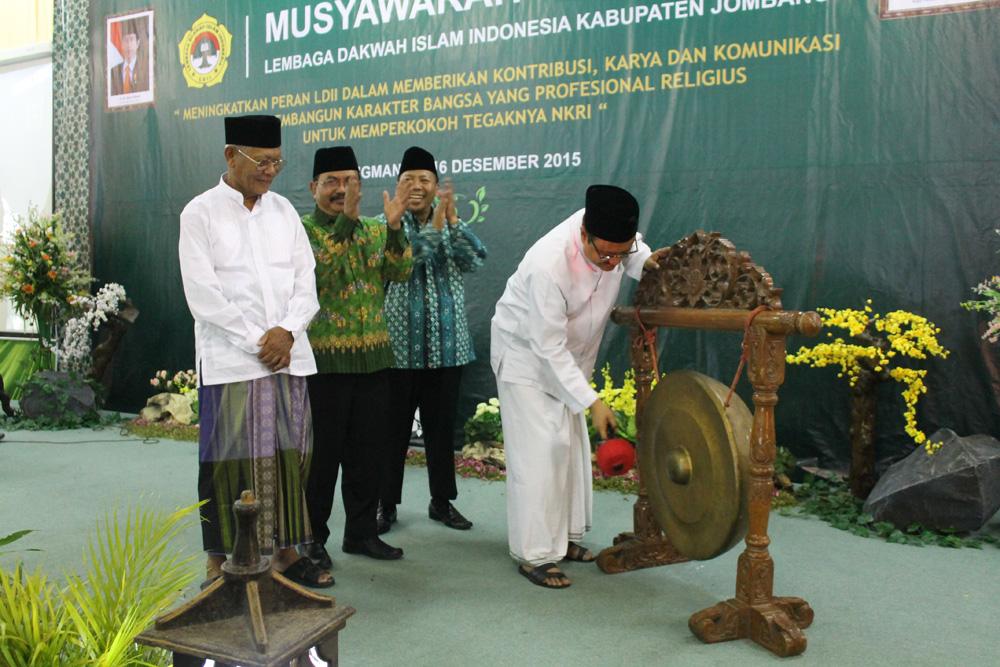 Pemukulan gong secara simbolis oleh Gus Ipul di penutupan Musda VIII LDII Kabupaten Jombang