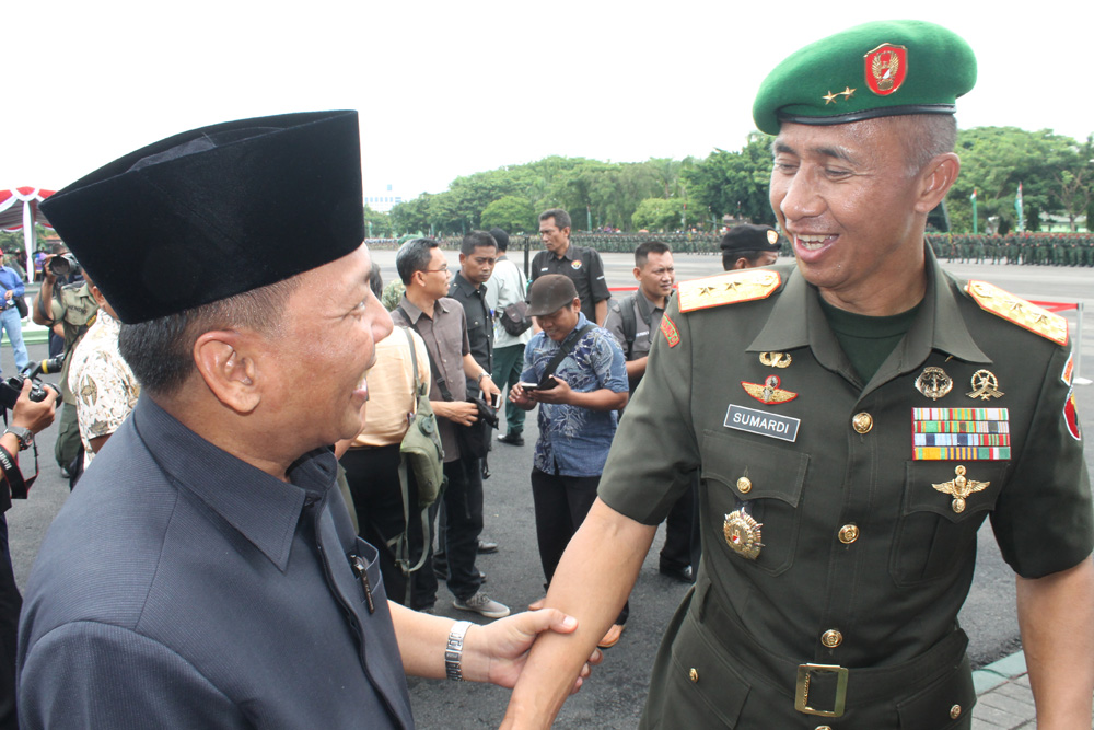 Ketua DPW LDII Provinsi Jawa Timur Drs. Ec. H. Amien Adhy mengucapkan selamat kepada Pangdam V Brawijaya Mayor Jenderal Sumardi usai upacara Hari Juang Kartika ke 70