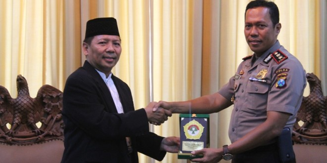 Drs. Ec. H.M Amien Adhy (kiri) | Foto: dok. ldiijatim.com