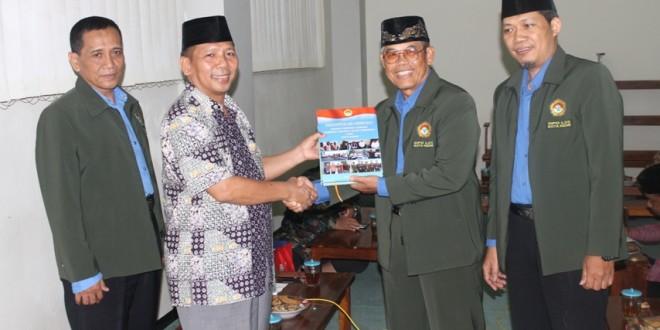 Penyerahan Buku Laporan Kegiatan DPD LDII Kota Kediri