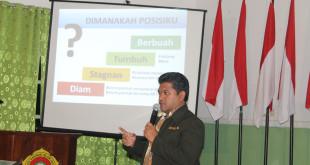 Sekretaris DPW LDII Provinsi Jawa Timur, Samsul Bakhtiar, AMd., memaparkan manajemen organisasi di Diklat Peningkatan Konsultasi dan Kerjasama Ormas di Kantor DPD LDII Kabupaten Jember, Rabu (3/2).