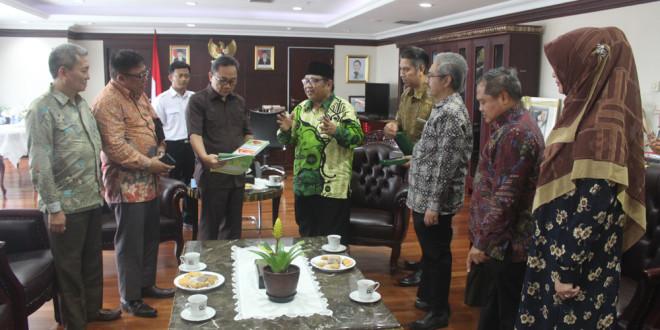 Ketua Umum DPP LDII KH. Abdullah Syam bersama beberapa pengurus melakukan audiensi dengan Ketua MPR RI Zulkifli Hasan, membahas tentang Pancasila, Senin (29/2).