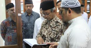 Ketua Pimpinan Wilayah Muhammadiyah Provinsi Jawa Timur, DR. H. Saad Ibrahim, MA kunjungi Perpustakaan Majelis Taujih Wal Irsyad Lembaga Dakwah Islam Indonesia (LDII), Kediri, Sabtu (5/3/2016)