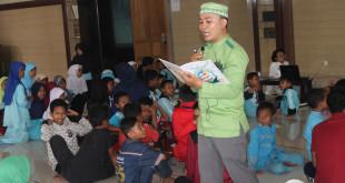 Suasana belajar mengajar di Masjid Nurul Hikmah, Gunung Anyar, Surabaya, Rabu (9/3/2016).