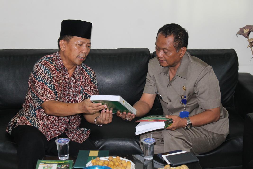 Ketua DPW LDII Jawa Timur Amien Adhy memberikan beberapa buku diantaranya Buku Hasil Munas VII LDII, Buku Legalitas LDII, Buku Pengurus LDII yang menjadi anggota MUI, Buku Himpunan Pengusaha LDII dan Buku Proxy War.