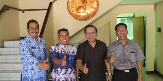 Kiri-kanan: Wakil Ketua Bidang Pembinaan Anggota Dewasa Kwarda Jawa Timur Bambang S.W., Biro Kepanduan dan Olah Raga DPW LDII Jawa Timur Triot Kartiko, Wakil Ketua Kwarda Jawa Timur AR. Purmadi, Ketua DPW LDII Jawa Timur Amien Adhy.