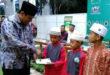 Wali Kota Kediri Abdullah Abu Bakar memberikan santunan anak yatim piatu di acara buka puasa bersama yang digelar Pondok Pesantren Wali Barokah, Selasa (14/6).