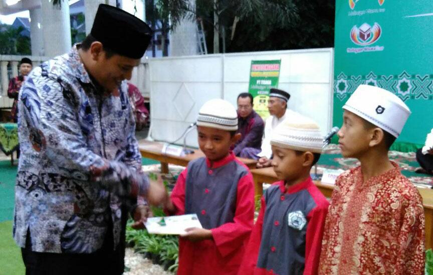 Wali Kota Kediri Abdullah Abu Bakar memberikan santunan kepada 100 anak yatim piatu di acara buka puasa bersama yang digelar Pondok Pesantren Wali Barokah, Rabu (14/6).