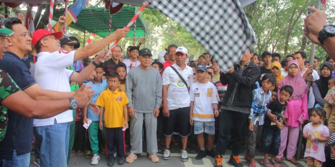 Camat Kenjeran Drs. I Gede Yudhi Kartika melepas peserta jalan sehat HUT ke-71 Kemerdekaan RI.