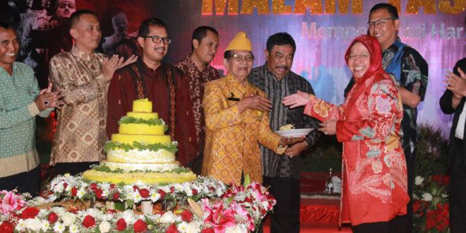 Tri Rismaharini Wali Kota Surabaya menyerahkan potongan tumpeng kepada Ketua LVRI Kota Surabaya Hartoyik pada acara Malam Tasyakuran Kemerdekaan RI di Balai Kota Surabaya, Selasa (16/8/2016) malam.