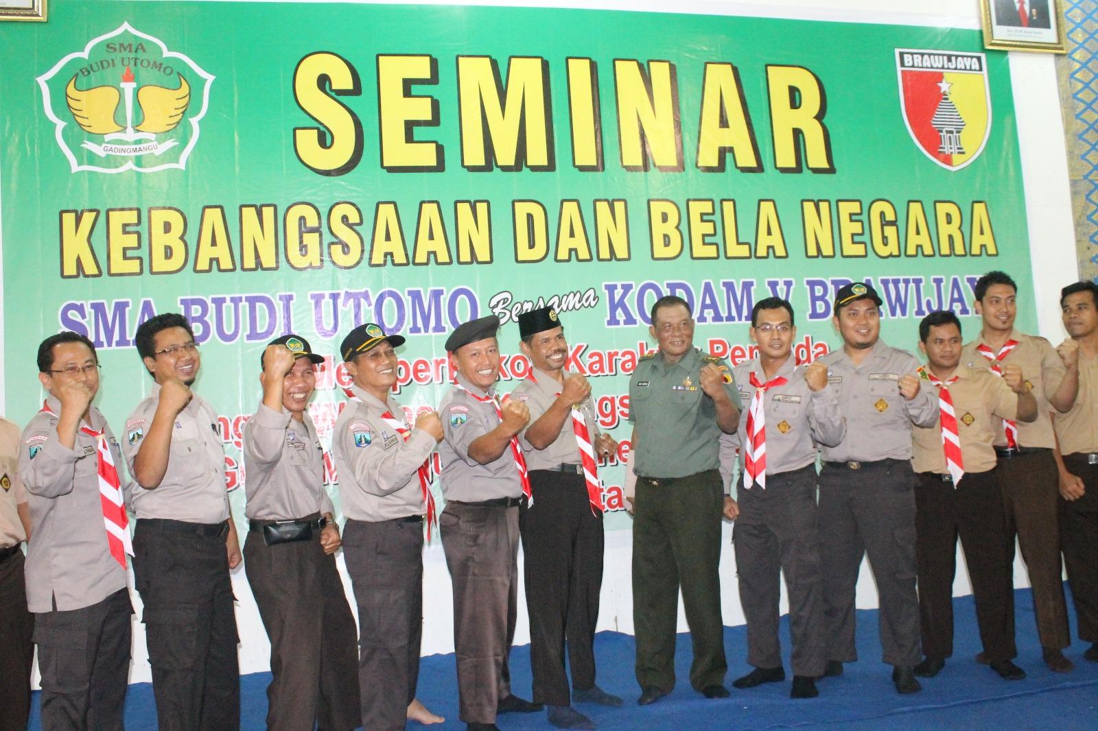 abandya Bakti TNI Staf Teritorial Daerah Militer (Sterdam) V/Brawijaya, Letkol Inf Drs. Didi Suryadi, MAP dan guru SMA Budi Utomo.