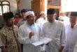 Guru Ponpes KH. Kholil Bustomi saat menjelaskan kepada MUI Prof. Dr. Yusuf Asri, APU tentang hadits yang dipelajari di Ponpes Wali Barokah.