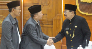 Gubernur Jawa Timur, Soekarwo (kanan) saat beramah. tamah dengan Ketua DPW LDII JATIM Drs. Ec. H.M. Amien Adhy (tengah) pada peringatan Hari Jadi ke-71 Provinsi Jawa Timur.