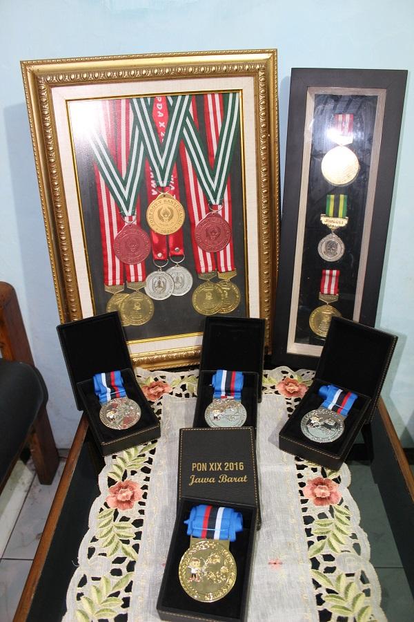 Beberapa koleksi medali Bunga Arbela di cabang olahraga panahan.