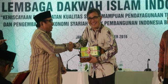 Kiri: Ketua Umum DPP LDII Prof. Dr. Ir. KH Abdullah Syam, MSc. Kanan: Anggota Komisi II DPR RI Budiman Sujatmiko.