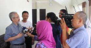 Ketua DPP LDII Prasetyo Sunaryo diwawancarai awak media di akhir Konferensi Pers Pra Munas VIII LDII, di komplek Kantor DPW LDII Jawa Timur , Sabtu (5/11).