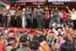 Ketua DPW LDII Jatim Drs.Ec. Amien Adhy mendampingi Letkol Didi Suryadi yang sedang bernyani bersama peserta Parade Nusantara Bersatu di Lapangan Makodam V/Brawijaya, Surabaya, Rabu (30/11).