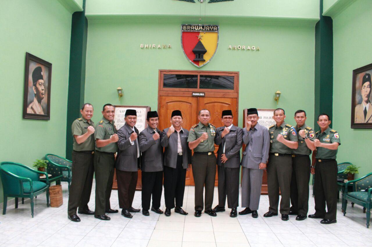 Pengurus DPW LDII Provinsi Jawa Timur bersama Pangdam V Brawijaya Mayjen TNI I Made Sukadana dan jajarannya.