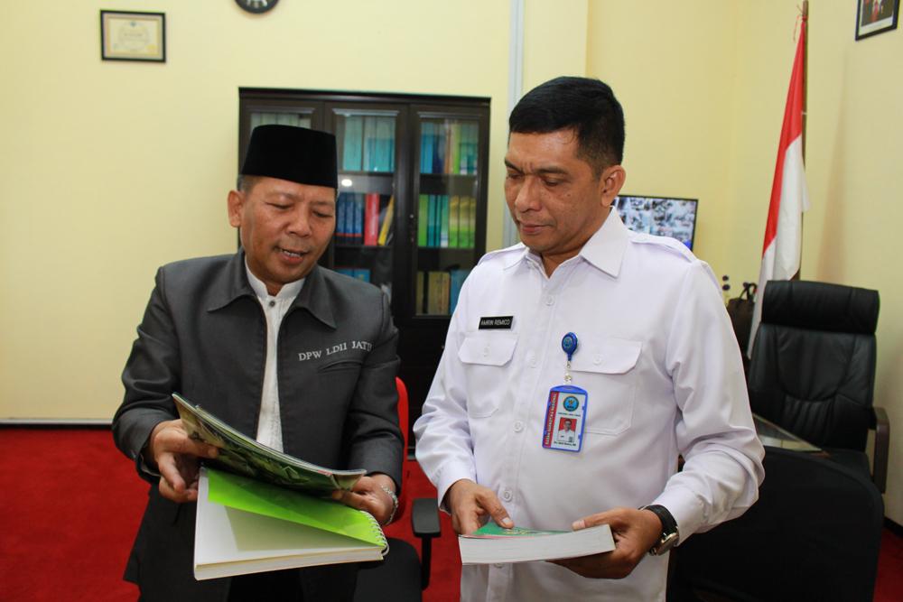 Ketua DPW LDII Provinsi Jawa Timur Drs. Ec. H. M. Amien Adhy (kiri) memberikan buku Hasil Keputusan Munas VII LDII dan majalah Nuansa kepada Kepala BNNP Jawa Timur Brigjen Pol Drs. Amrin Remico, MM.