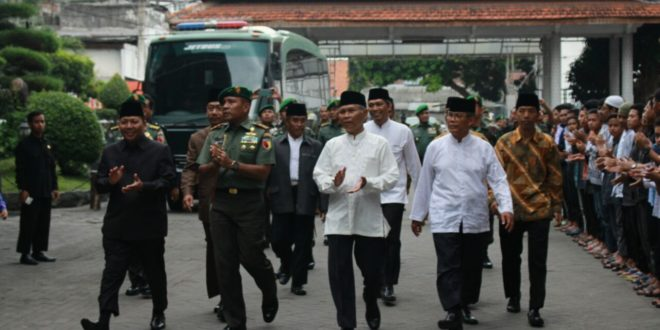Para santri Ponpes Wali Barokah Kediri menyambut kedatangan Pangdam V/Brawijaya Mayjen TNI I Made Sukadana dalam pembekalan Wawasan Kebangsaan dan Bela Negara, Kamis (12/1).