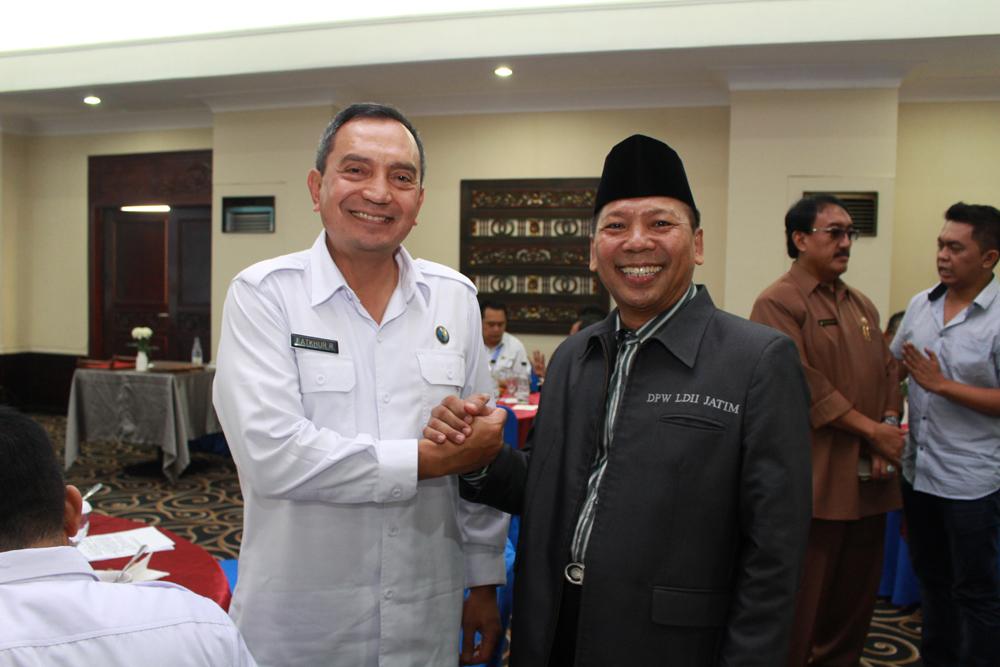 Ketua DPW LDII Provinsi Jawa Timur H. Amien Adhy memberikan dukungan dan ucapan selamat kepada Kepala BNNP Jawa Timur yang baru Brigjen Pol Fatkhur Rahman seusai acara pamit kenal Kepala BNNP Jawa Timur.