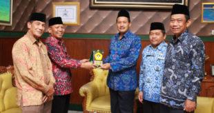 Audiensi: Ketua DPW LDII Jawa Timur Amien Adhy memberikan cinderamata kepada Kakanwil Kemenag Jawa Timur Syamsul Bahri di Kanwil Kemenag Jawa Timur, Jumat (16/3).