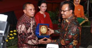 Mayjen TNI I Made Sukadana menerima cinderamata dari Wakil Gubernur Jawa Timur Saifullah Yususf di malam pisah sambut serah terima jabatan Pangdam V/Brawijaya, Rabu (26/4).