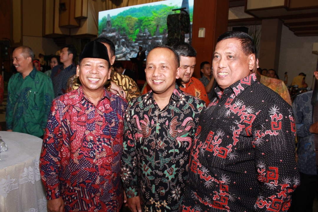 Ketua DPW LDII Jawa Timur Amien Adhy (kiri) bersama Pangdam V/Brawijaya Mayjen TNI Kustanto Widiatmoko (tengah) usai malam pisah sambut serah terima jabatan Pangdam V/Brawijaya, Rabu (26/4).
