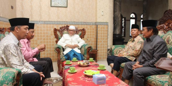 Pengurus DPW LDII Provinsi Jawa Timur silaturahim ke Wakil Rais Aam PBNU KH. Miftakhul Akhyar di kediamannya, Komplek Ponpes Miftahul Jannah, Kedung Tarukan, Surabaya, Rabu (19/4).