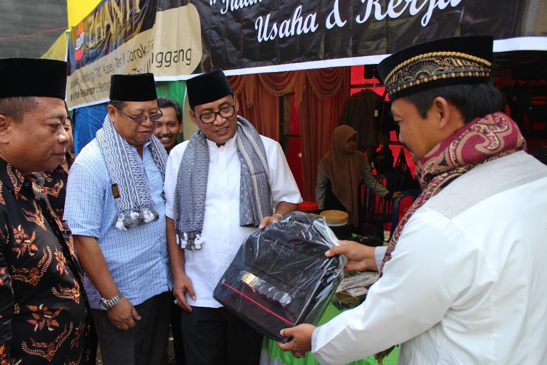 Salah satu peserta stand memberikan produknya sebagai cinderamata ke Bupati Tulungagung Syahri Mulyo.