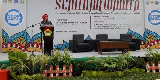 Dra. Hj. Fatma Saifullah Yusuf, Ketua BKOW Jatim saat menjadi keynote speaker Seminar Wanita DPW LDII Jatim, Minggu (24/9), di Aula Ponpes Sabilurrosyidin, Surabaya.