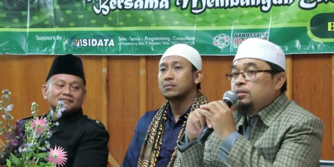 Anggota Mejelis Taujih Wal Irsyad DPP LDII, KH. Hafiludin, S.Pdi saat memberikan materi pada acara Workshop Ekonomi Syariah di Arabica Home Stay Kawan Kawah Ijen Bondowoso, (18/3).