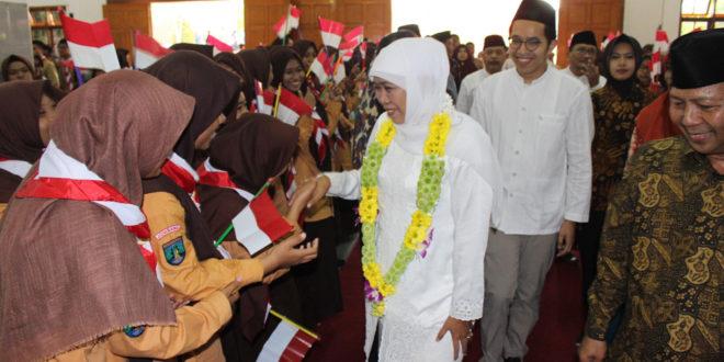 Gubernur terpilih Provinsi Jawa Timur Khofifah Indah Parawansa Penutupan MPLS Siswa SMA Budi Utomo, Perak, Jombang, Sabtu (21/7).