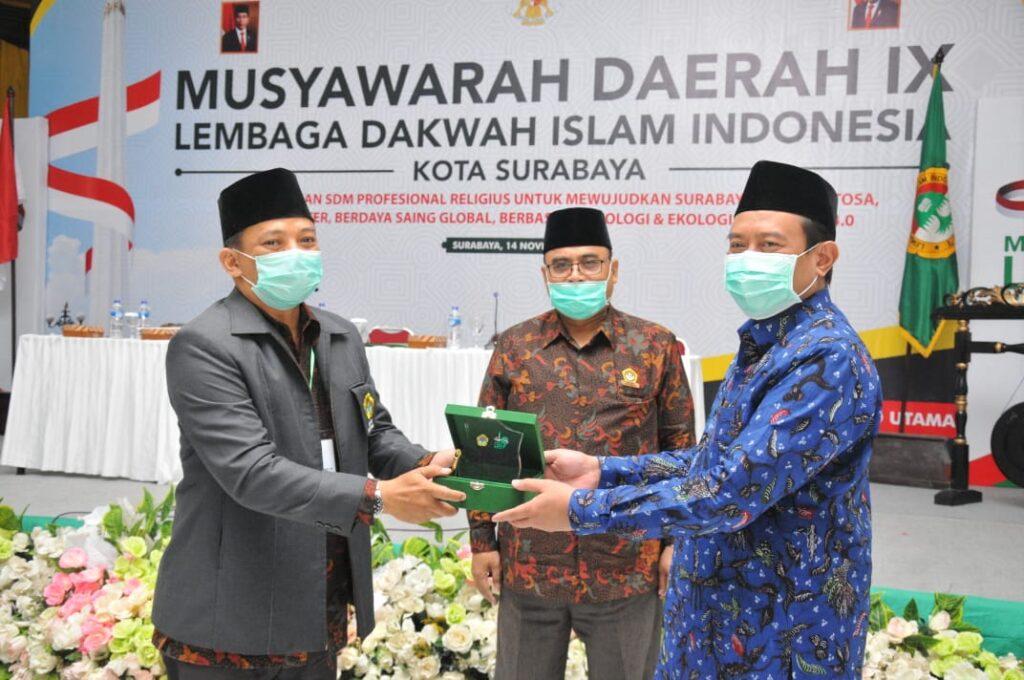 Ketua DPD LDII Surabaya Berikan Cinderamata kepada Kemenag Surabaya