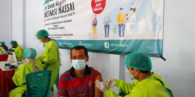 Pelaksanaan Vaksinasi di Pondok Pesantren Pelajar Mahasiswa (PPPM) Birul Walidain, Bojonegoro, Sabtu (25/9).