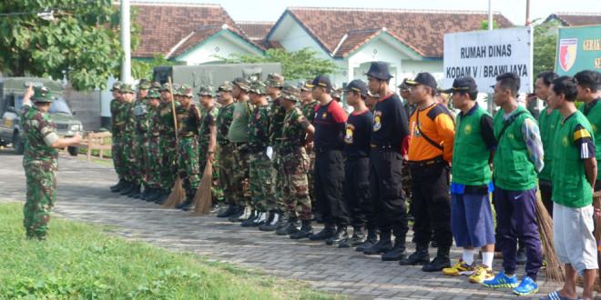 Korem 084/BJ Ajak LDII Bersih-Bersih Rumah Dinas Kodam V Brawijaya, Jumat (15/4).