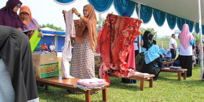 Keputrian LDII Kota Bekasi menggalang Bakti Sosial Gerakan 1.000 Hijab pada event Khadeejah Festival 2016, Sabtu dan Minggu (7-8/5).