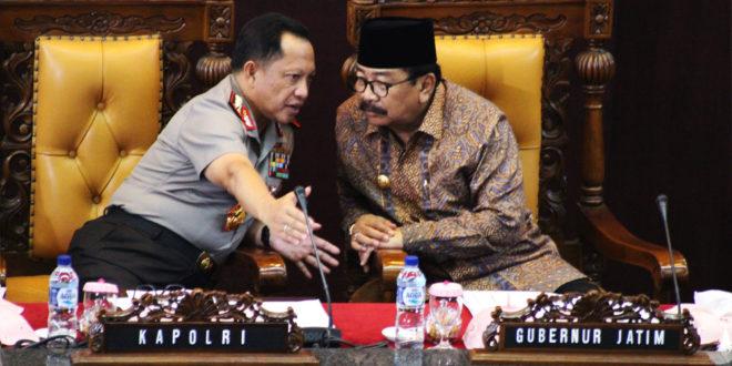 Kapolri Jenderal Tito Karnavian (kiri) berdiskusi dengan Gubernur Provinsi Jawa Timur Soekarwo pada dialog kebangsaan di Ruang Rapat Paripurna DPRD Provinsi Jawa Timur, Sabtu (19/11).