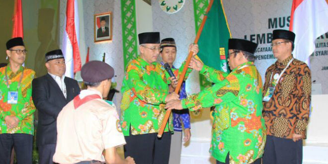 Ir. H. Chriswanto Santoso selaku Ketua Sidang Munas, menyerahkan panji LDII kepada Ketua Umum terpilih Prof. KH. Abdullah Syam, M.Sc, APU di Balai Kartini, Jakarta, Jumat (10/11).