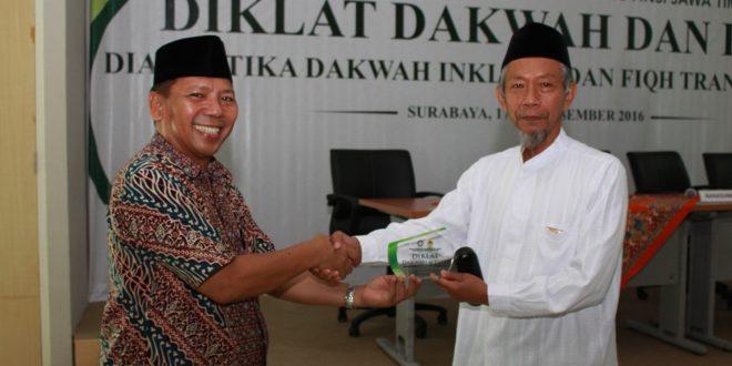 Penyerahan plakat oleh Ketua DPW LDII Jatim H.M. Amien Adhy kepada Ketua PW Muhammadiyah Prof. Dr. H.M. Saad Ibrahim MH pada Diklat Dakwah dan Fiqh di UINSA, Minggu (18/12)