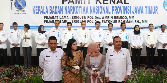 Brigjen Pol Amrin Remico (kiri) dan Brigjen Pol Fatkhur Rahman di acara pamit kenal Kepala Badan Narkotika Provinsi (BNNP) Jawa Timur, Selasa (14/2).