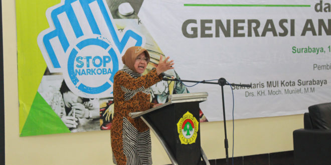 Wali Kota Surabaya Tri Rismaharini memberikan sambutan pada Seminar Green Dakwah dan Generasi Anti Narkoba di Aula Ponpes Sabilurrosyidin, Surabaya, Kamis (11/5).