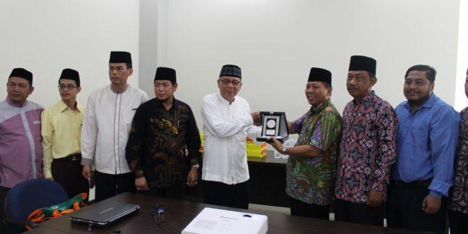 Komisi Dakwah MUI DKI Jakarta memberikan cinderamata di kunjungannya kepada DPW LDII Jawa Timur, Kamis (2/11).